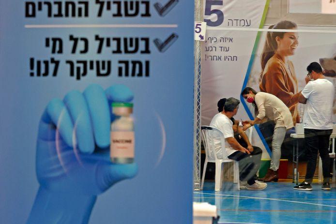 Israëli's krijgen het vaccin toegediend in de stad Hod Hasharon.