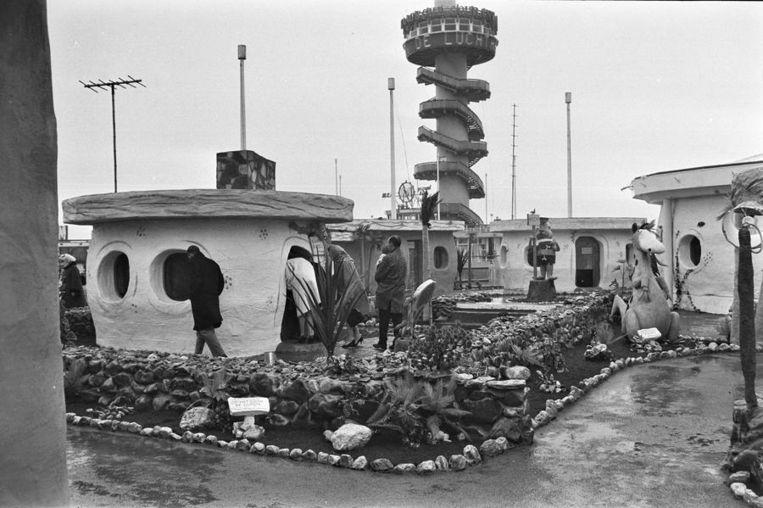 April 1965: Bezoekers in het Flintstone dorp op de Scheveningse Pier. Beeld anp
