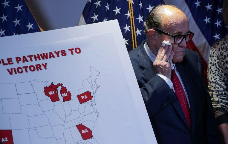 Rudy Giuliani legt op een persconferentie uit welke weg alsnog naar een verkiezingsoverwinning van Donald Trump kan leiden. Vooralsnog lijkt het vooral een doodlopende weg.  Beeld Reuters