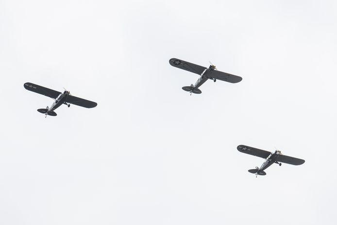Zes historische vliegtuigen van Egmond Vintage Wings maakten zaterdag een korte herdenkingsvlucht over Hellendoorn en Nijverdal. Jack van Egmond (75) was één van de piloten.