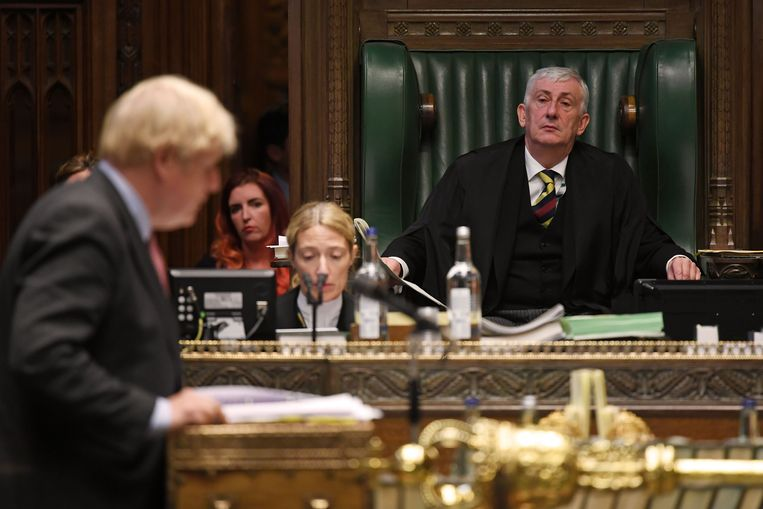 Premier Johnson wordt in het Lagerhuis nauwlettend in de gaten gehouden door voorzitter Lindsay Hoyle. Beeld AFP