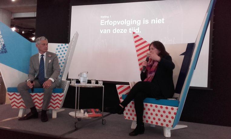Schrijfster Dorine Hermans (rechts) en conservator van Paleis het Loo, Paul Rem. Beeld Willem Pekelder
