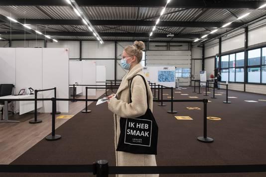 Kim van Boekel uit het Brabantse Herpen wacht tot ze aan de beurt is om gevaccineerd te worden.