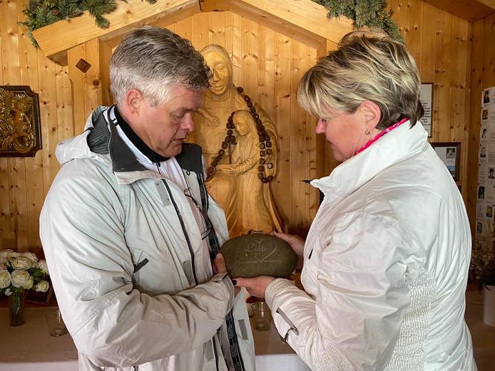 Lotte's ouders plaatsen een steen in de kapel, ter nagedachtenis aan hun dochter