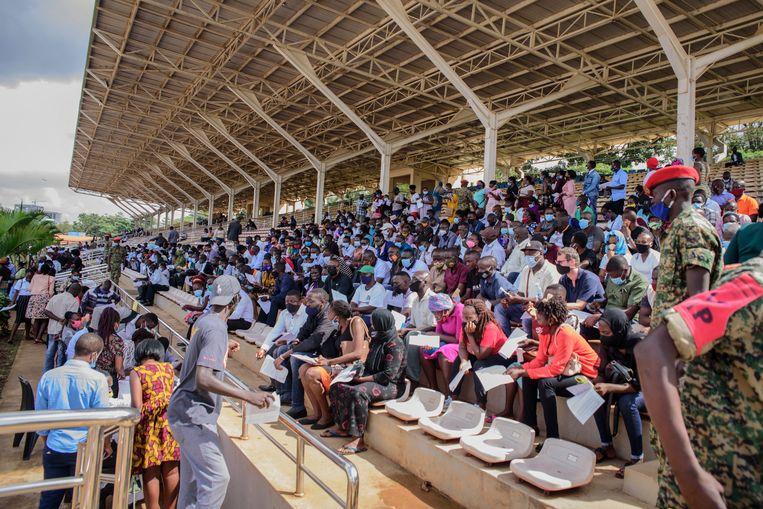 Mensen wachten op een vaccin in Kampala, Oeganda. Beeld AP