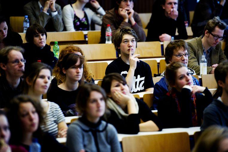 Studenten van de Universiteit van Amsterdam volgen woensdag een college in de Oudemanspoort in Amsterdam. Beeld anp