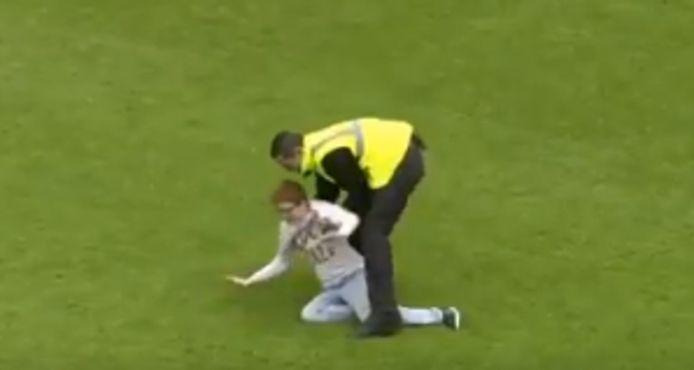 Een steward wist de jongen met het 'Fuck Olle'-shirt van het veld te halen.
