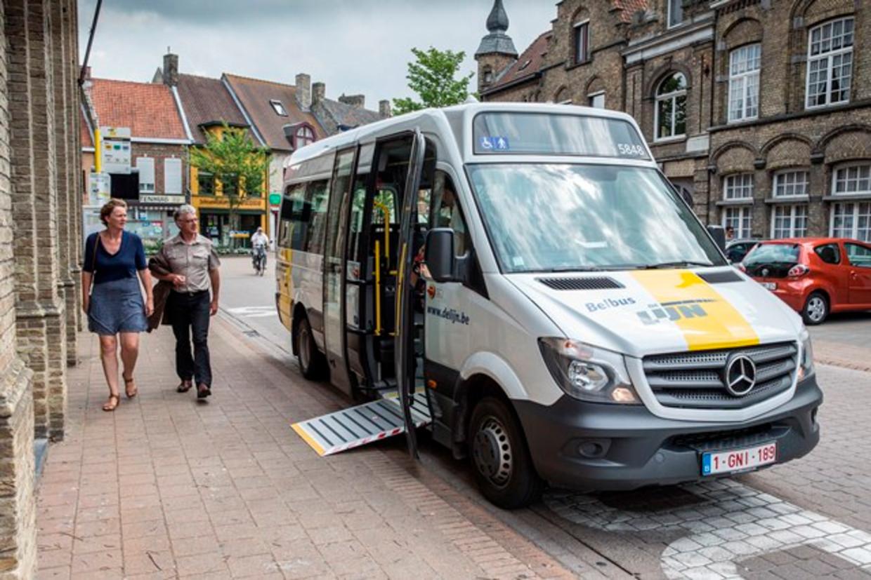 Een belbus van De Lijn. Het systeem wordt in 2022 vervangen door een combinatie van taxi's, busjes en deelwagens. Beeld Benny Proot