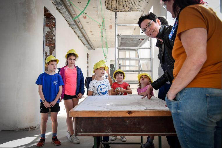 De kinderen van de buitenschoolse kinderopvang maken al eens kennis met hun nieuwe thuis.