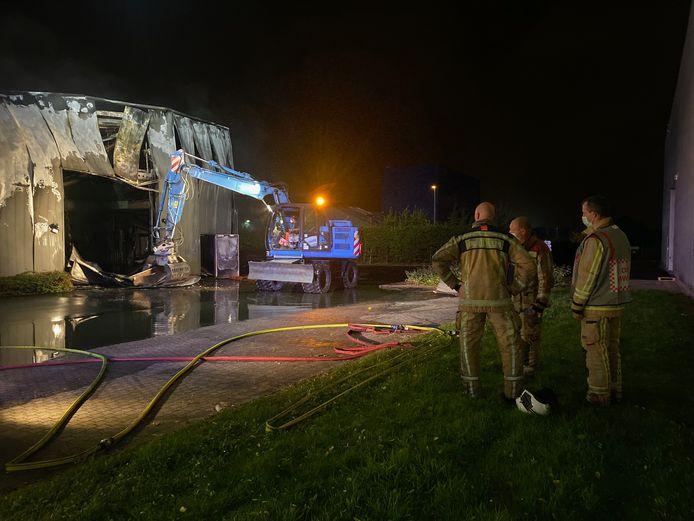 MECHELEN - Op het bedrijventerrein van farmaceutisch bedrijf Biocartis brak vrijdagavond een zware brand. Een kraan van de stad Mechelen moest het gebouw deels afbreken.