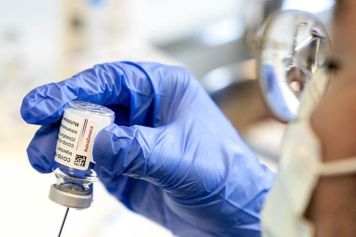 Injectiespuiten worden geprepareerd met het AstraZeneca vaccin. Ouderen vanaf 60 jaar worden gevaccineerd tegen het coronavirus.