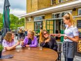 Slagregens, rukwinden en een hagelbui: de bediening van grand café Roos heeft de handen vol aan het droogmaken