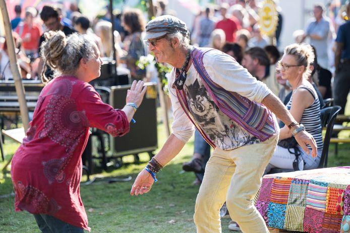 Bezoekers dansen op Hoekstock.