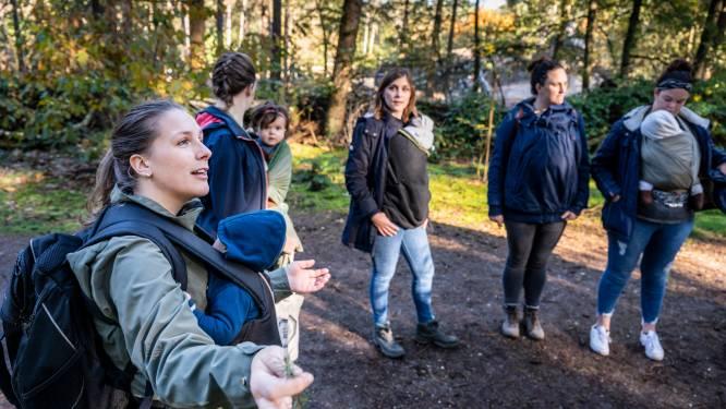 Baby's eerste boswandeling in Herperduin: boomschors voelen, zand proeven, en vooral lekker tukken