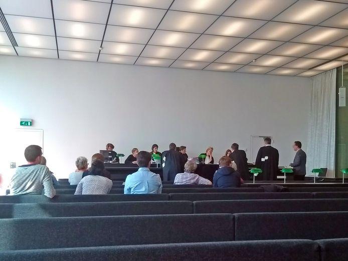 Advocaat Stany B. (uiterst rechts) en zijn tolk Kamil M. in de rechtbank.