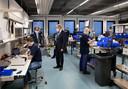 Minister Van Rijn bezoekt Demcon in Best, fabrikant van beademingsapparatuur