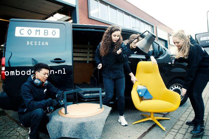 Medewerkers van Combo Design zijn druk bezig met het inladen en voorbereiden van transport van online bestelde artikelen.
