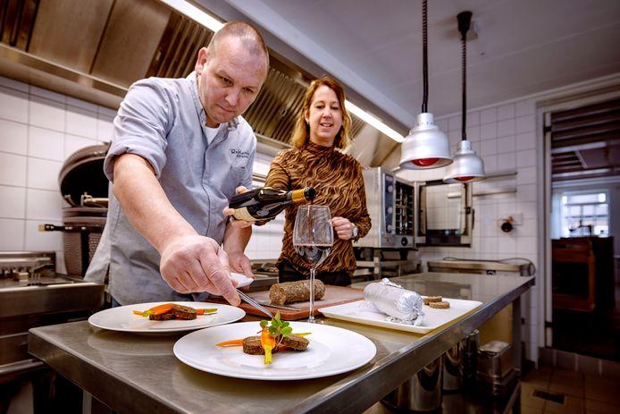 Jurgen Bosmans maakt een gerecht van zacht gegaarde rundersukade en geserveerd met een rode wijn door zijn vrouw Elise.