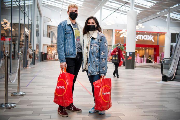 """Broer en zus Donovan en Emy van der Weerd in de Oranjerie in Apeldoorn: ,,Het aantal besmettingen is nog steeds hoog. Ik vrees dat we over een paar weken weer in een vervelende lockdown zitten en er niets meer mag."""""""