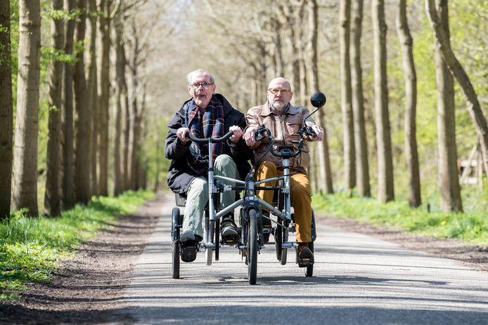 """Rens IJzelenberg (rechts) stapt elke week  met Jan te Velde op de duofiets: ,,Het is zó mooi hier. Er is altijd wel iets te zien."""""""