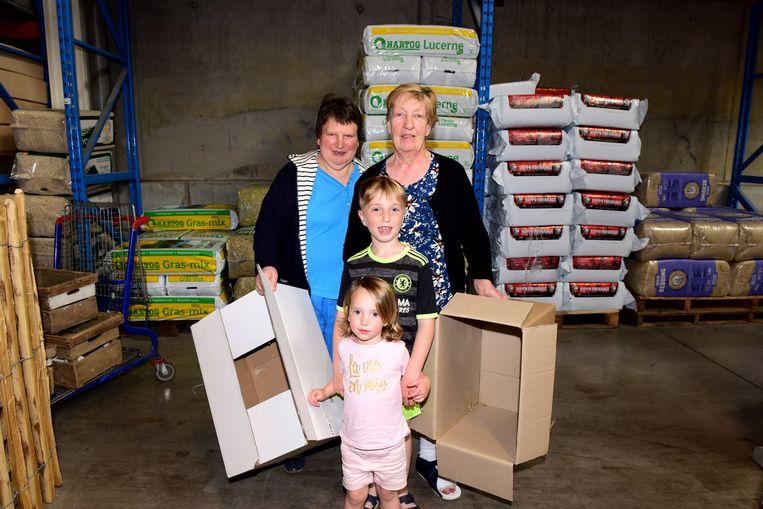 Marie-Therese komt samen met haar dochter Carine en kleinkinderen Fiona en Arjen hun kippen halen.