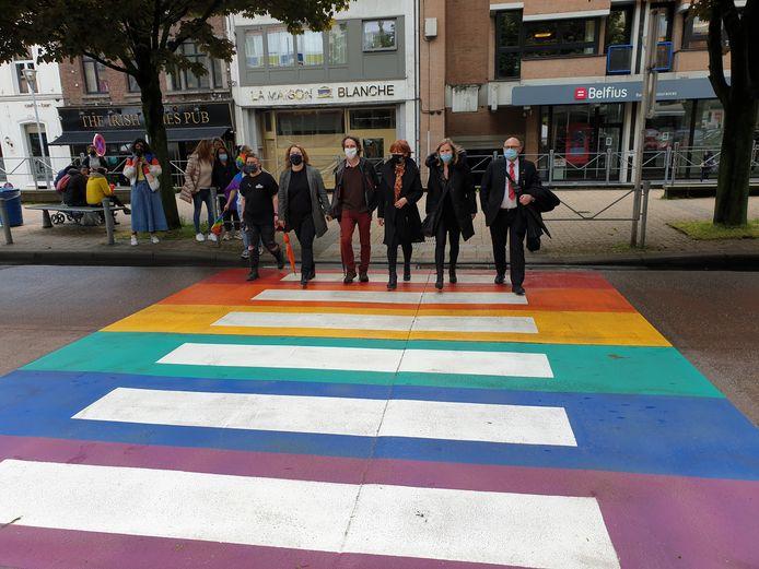 Plusieurs responsables politiques de la Ville de Charleroi étaient présent(e)s pour l'inauguration d'un premier passage pour piétons arc-en-ciel