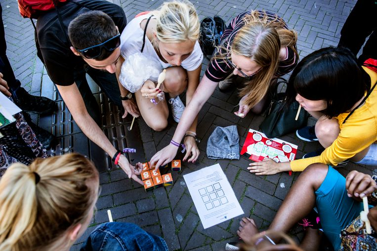 Studenten van de Radboud Universiteit in Nijmegen maken kennis met de stad tijdens de introductieweek. Beeld Aurélie Geurts