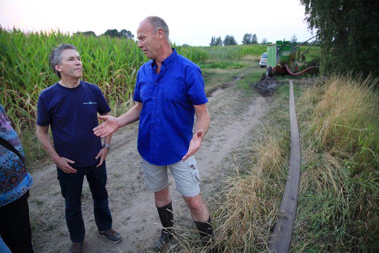Een medewerker van Waterschap Rijn en IJssel in gesprek met een boer.   Beeld Arie Kievit