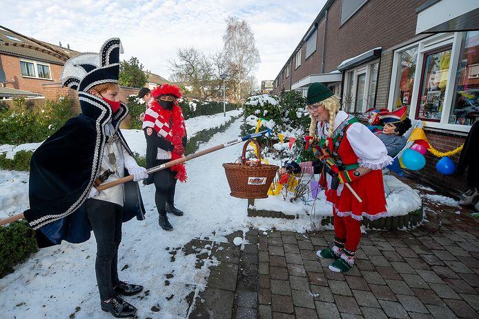 Jeugdprins Gustaaf en hofdame Benthe reiken de prijs uit aan Ad Koevoets.
