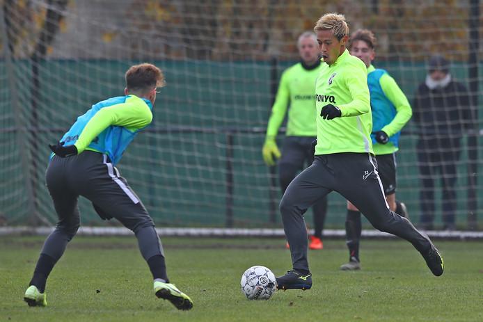 Keisuke Honda voert de regie  op de training van Vitesse.