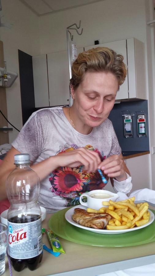 Patiënte Noor Kruithof mag voor één keer alles bestellen wat ze wil. Het wordt patat met varkenshaas.