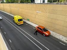Automobilist wordt onwel en veroorzaakt ongeluk in tunnelbak in Dieren