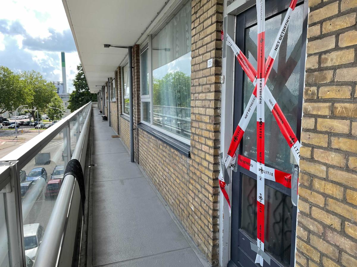 Burgemeester Hein van der Loo van Zwijndrecht heeft de woning in de Kapitein Horsmanflat voor minimaal drie maanden gesloten.