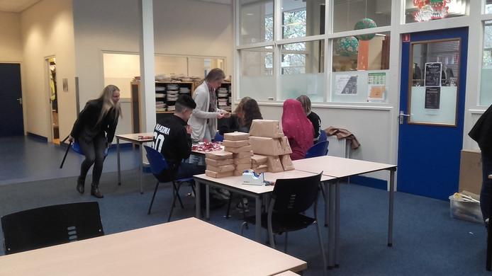 De leerlingen van de inpakservice in Emmeloord.