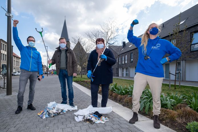 Burgemeester Alexander Vandersmissen en schepen De Bie ruimden zwerfvuil op in de Nekkerspoelstraat.