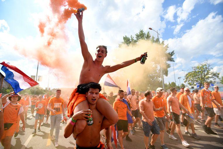 Oranje-fans voorafgaand aan de wedstrijd tegen Tsjechië. Beeld REUTERS