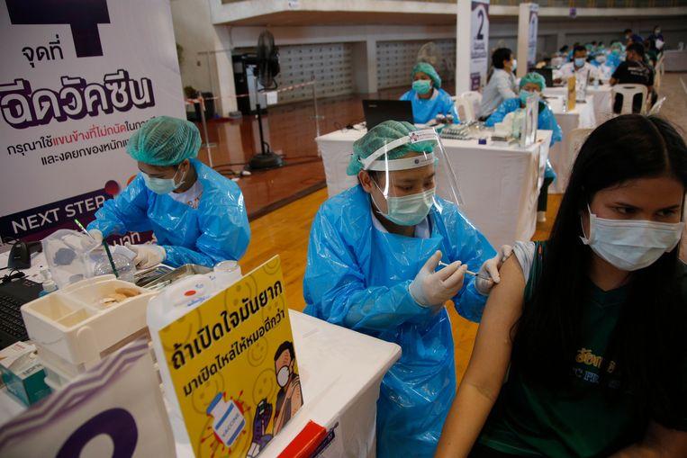 Een Thaise vrouw krijgt een coronavaccinatie in de  Kasetsart universiteit in Bangkok. Beeld EPA