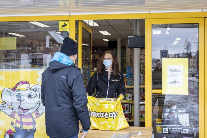 Bij de Rijssense speelgoedwinkel Intertoys stond woensdag pal voor de ingang een afhaalkraam.