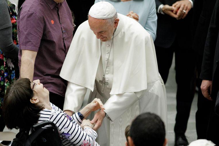 Paus Franciscus groet een Huntington-patiënt tijdens een speciale dienst voor patiënten en hun familie. Beeld LightRocket via Getty Images