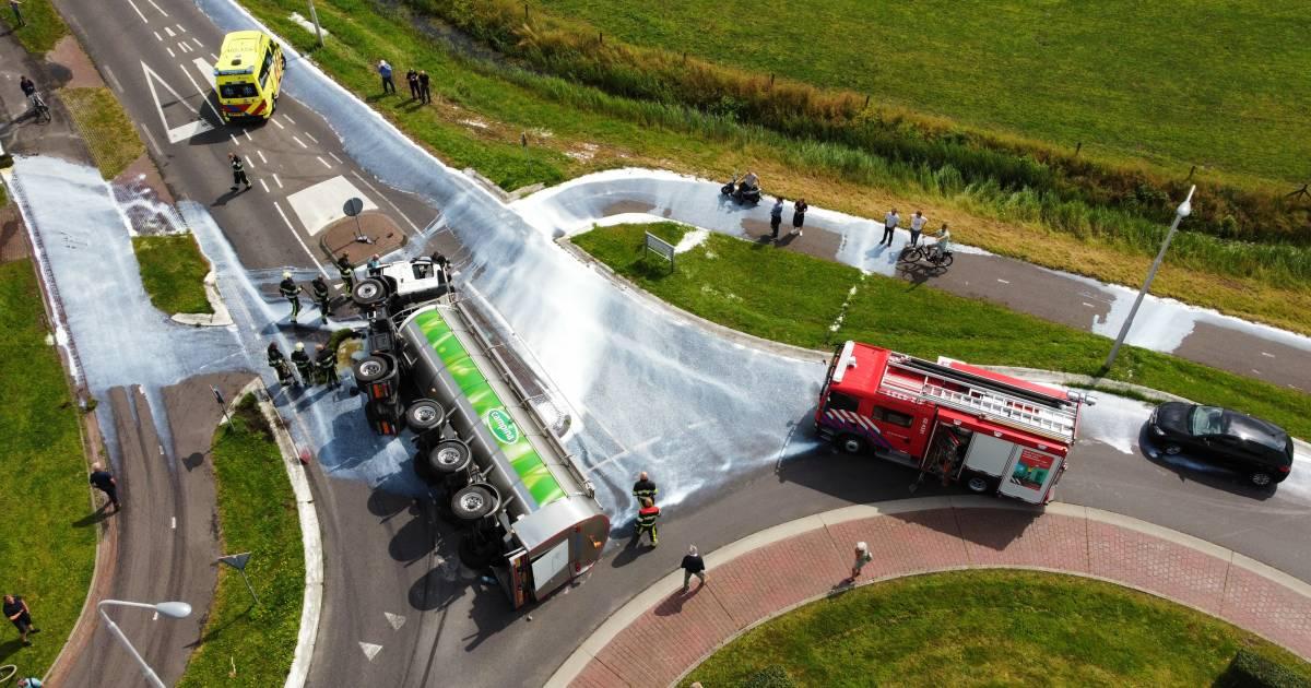 Vrachtwagen met melk gekanteld op rotonde in Friesland.