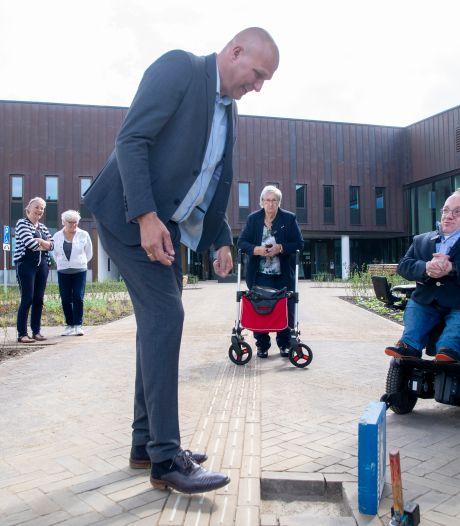 Gehandicapten in Dalfsen hebben op nieuw voorplein bij gemeentehuis geen duwtje in de rug meer nodig
