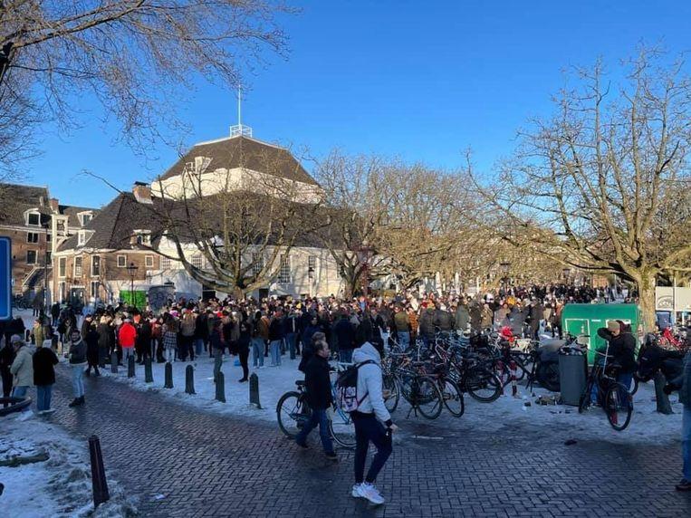 Honderden mensen waren zaterdag naar het Amstelveld gekomen om een feestje te vieren. Beeld Dennis Dwinger