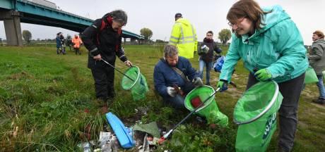 Vrijwilligers trotseren regen voor een schone oever van de Lek