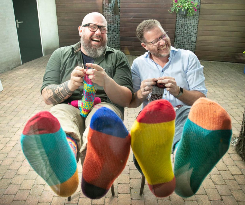 Dennis van den Brink (rechts) en zijn breivriend Wim Vandereyken. 'We zijn misschien een onwaarschijnljik duo.'
