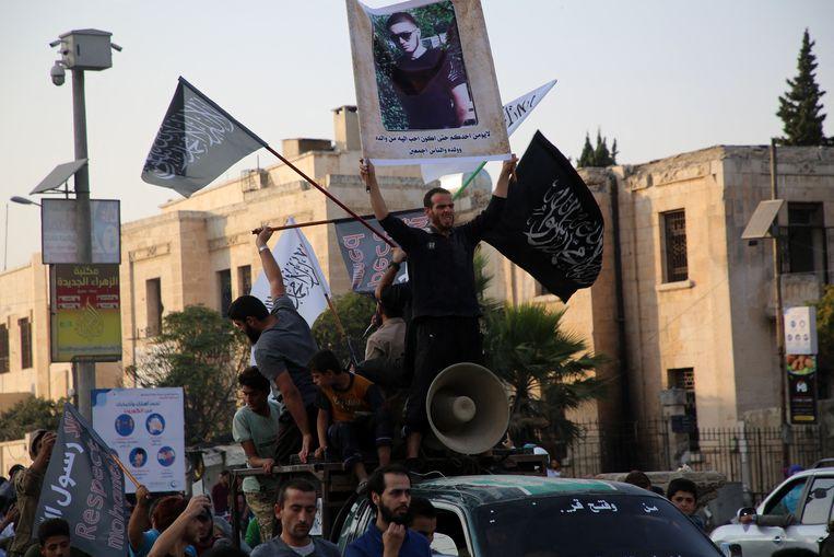'Er is een straat naar de moordenaar vernoemd. Wat brengt mensen ertoe zo'n man te vieren in plaats van hem in stilte te begraven? Wilden ze de moord voor een tweede keer opeisen?' (Foto: Syriërs in de stad Idlib huldigen Abdoullakh Anzorov.) Beeld Belgaimage