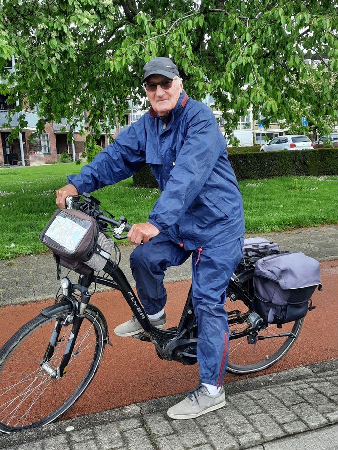 """Jan Plasmeijer (79) fietst door de Betuwe, hij is op fietsvakantie en het lag op zijn route. ,,Ik heb mijn hele leven in de bloemensector gewerkt."""""""