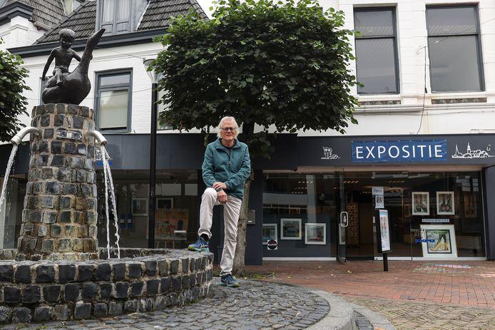 Hubert van Mastrigt bij de pop-up expositieruimte aan de Kerkstraat, waar Almelose kunstenaars tijdelijk een podium hebben gevonden.