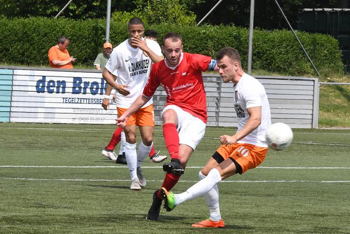 Stan Broenland (midden) van JVC Cuijk speelt de bal in de thuiswedstrijd tegen TEC.