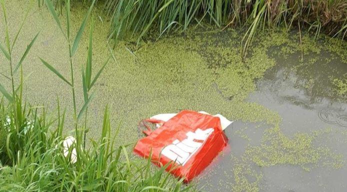 Een van de tassen met pillen in de sloot aan de Hamsedijk in Hooge Zwaluwe.