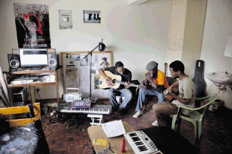 Kenia's nieuwste popsensatie, Just A Band, gebruikt een simpel appartement in Nairobi als opnamestudio. (JAN-JOSEPH STOK) Beeld